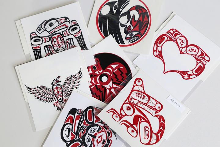 カナダに暮らす北西海岸インディアンの文様が入った、セラミック製マグカップ(1300円)と、デカールシール(630円)。一族を表す動物の文様をモチーフとしており、デザインの権利は厳しく管理されている。シールはボーダーに大人気
