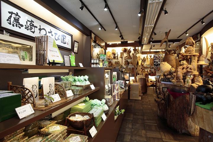 藤崎商店の店内。民芸品とともに並ぶわさび漬の中には、登別温泉でしか買えない商品もある