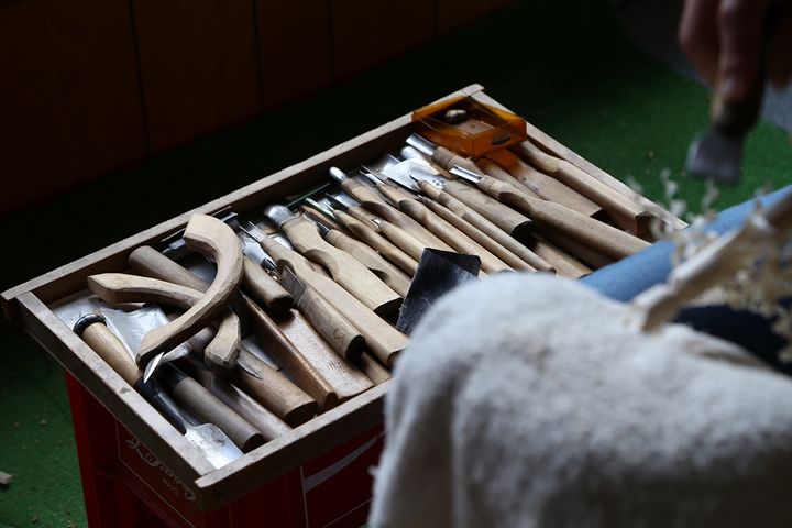 朔洋さんが受け継いだ、父・朔峰さんの刃物類。模様の彫刻や、削りかけをつくるときなどに使う