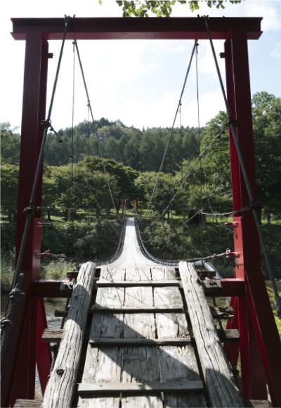 スリル満点の吊り橋。この先に3つの野天風呂がある