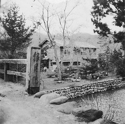 創業当初の銀婚湯。現在の旅館前が温泉の湧き出す中州だった(提供:銀婚湯)
