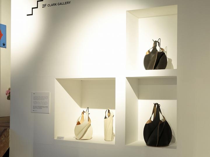 エゾシカ革製品として、最初に作った「EZO(エゾ)」シリーズ。通常のバッグのほか、ワインバッグも制作