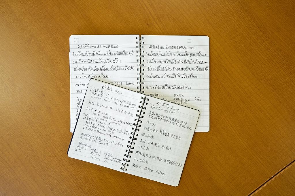 旅の行程を管理する添乗員。必要な事項に加え、+αの観光情報や話題をメモした手帳は30冊近くに。太田さんの虎の巻だ